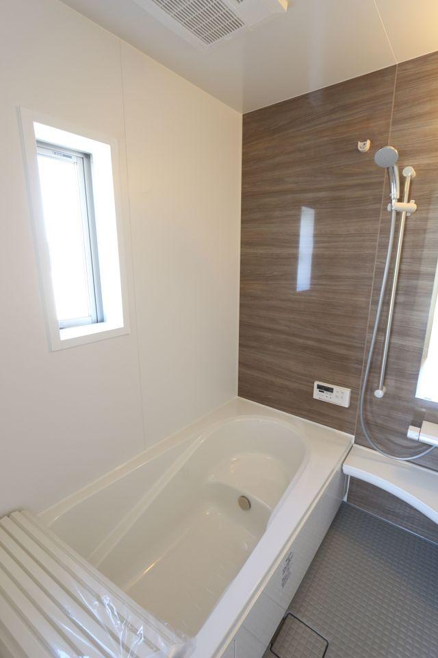 1坪サイズのゆったりした浴室で足を伸ばしておくつろぎ下さい♪ 浴室乾燥機付きで雨の日のお洗濯も安心です。