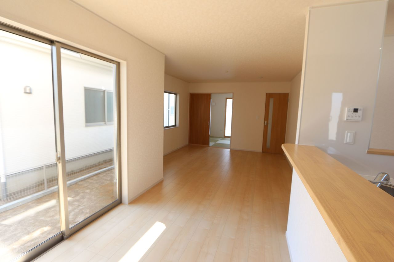 和室と合わせて22.5帖の大きな空間です。 お客様が大勢いらしても、ゆったりおくつろぎ頂けます。