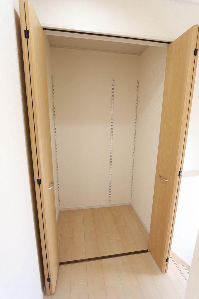 2階廊下にも収納を設置。 少しのスペースでも有効活用!!