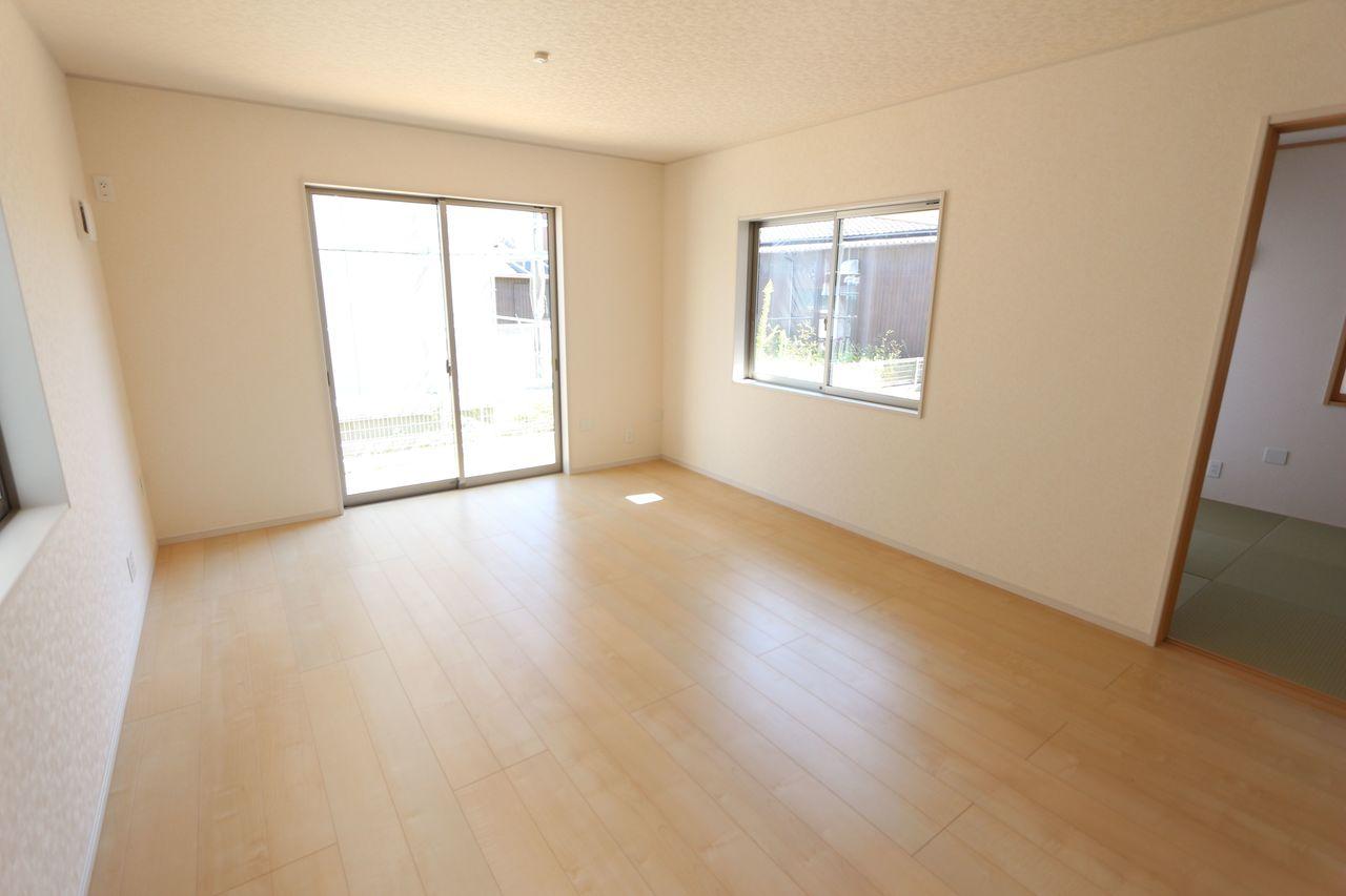 南向きの明るいリビングは和室と 合わせて21帖の大きな空間です。