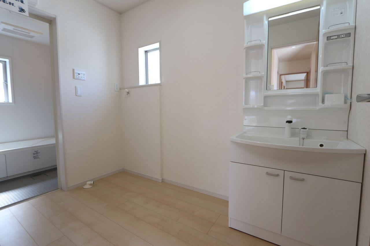 キッチンから直接出入りできる便利な間取りです 約3帖の広さがあり、大きな洗濯機も無理なく設置して頂けます。