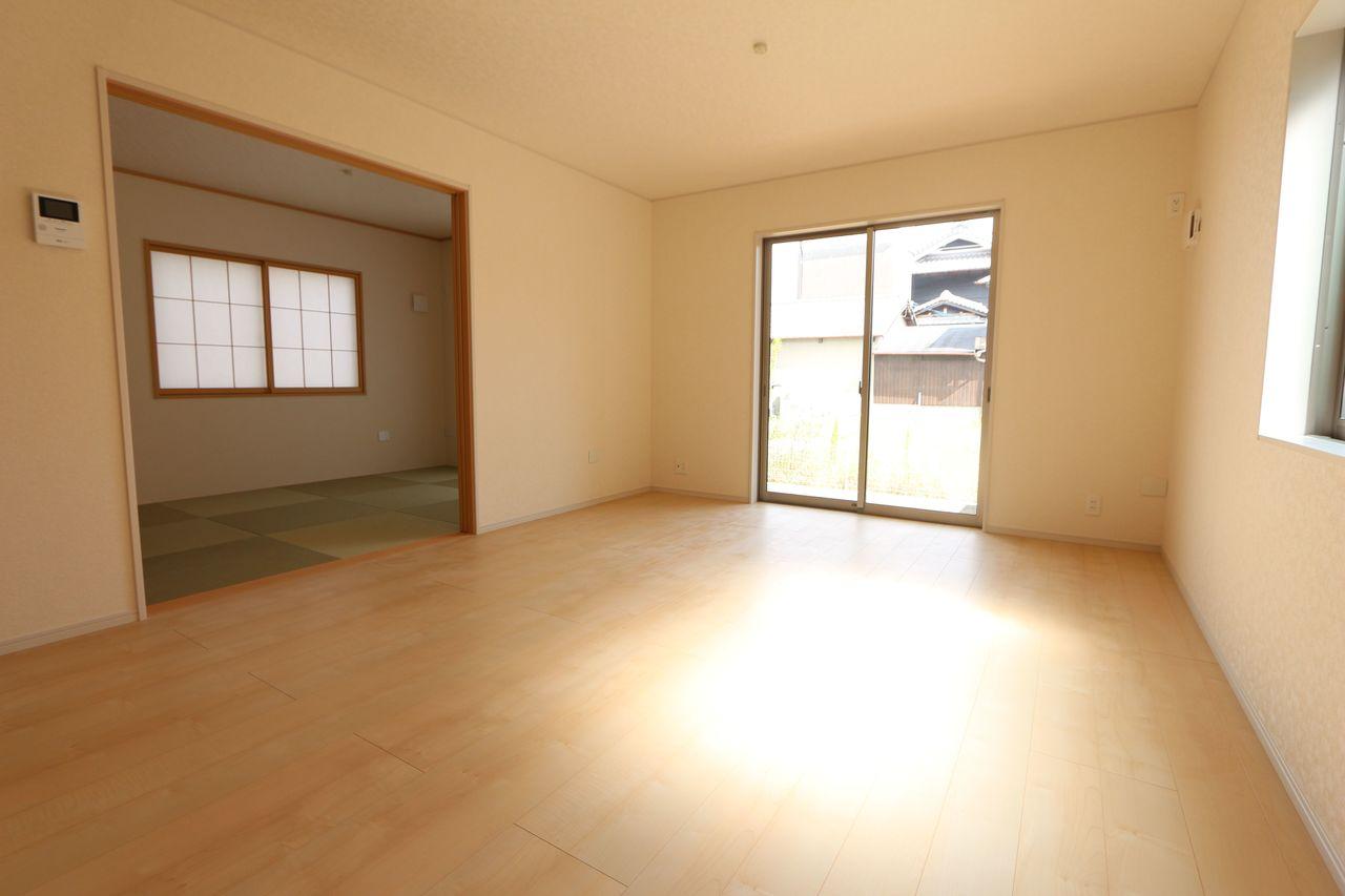 南向きの明るいリビングは和室と 合わせて22.5帖の大きな空間です。