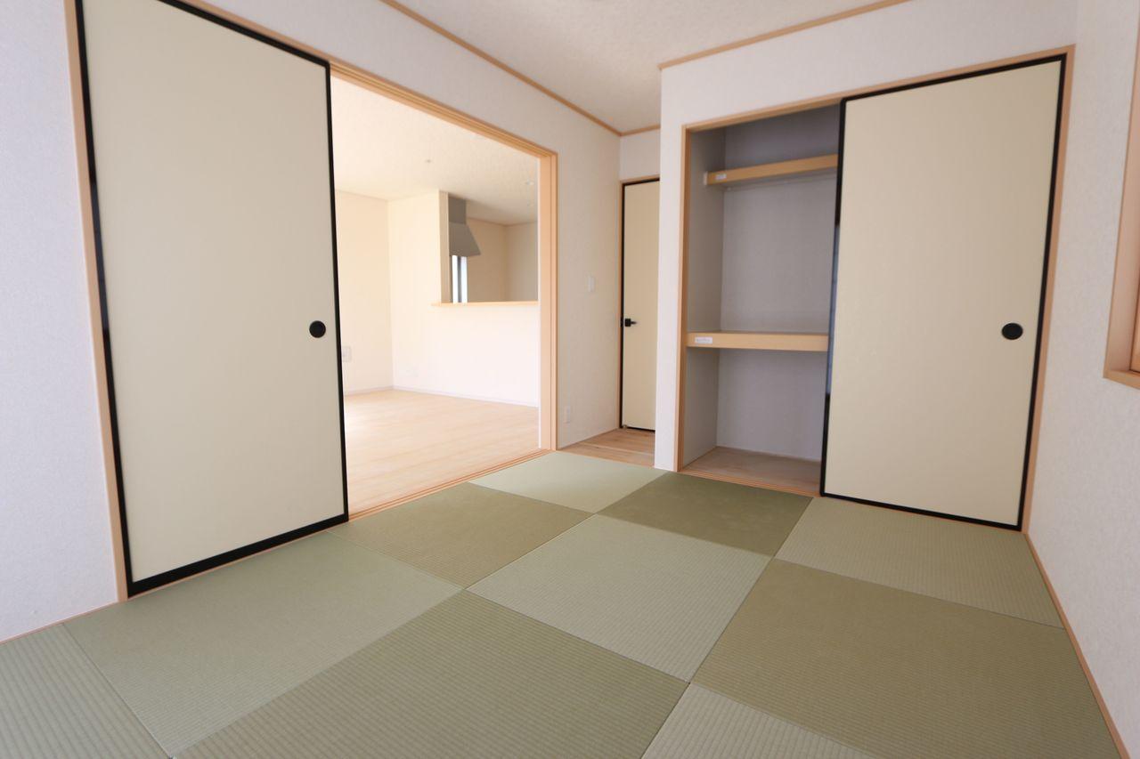 リビングに続く和室は大変開放的です。 押入れ付きで寝室や客間として便利にお使い頂けます。