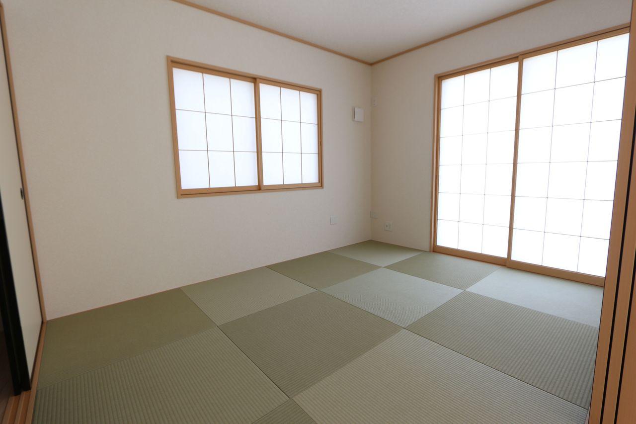 南向きの明るい和室です。 2面採光で明るさも確保しております。