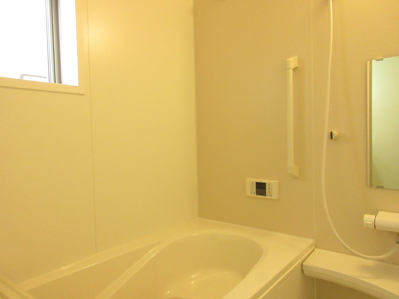 すっきりとシンプルな浴室は落ち着いてバスタイムを楽しめます♪日々の疲れを癒してください(^^)