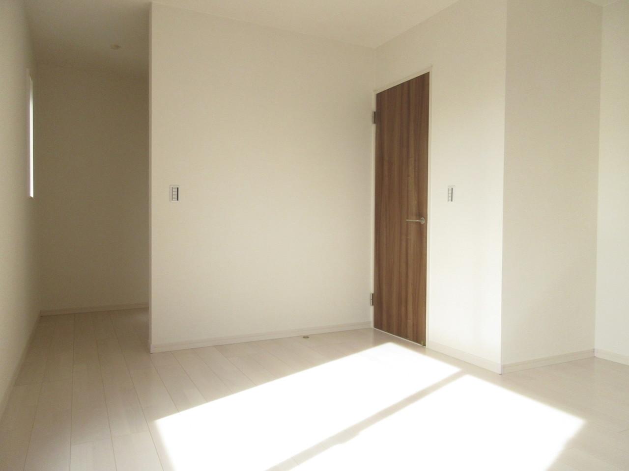 2階には洋室が3部屋あり全て6帖以上!どの部屋を何に使おうか考えるのも楽しですね(^^)