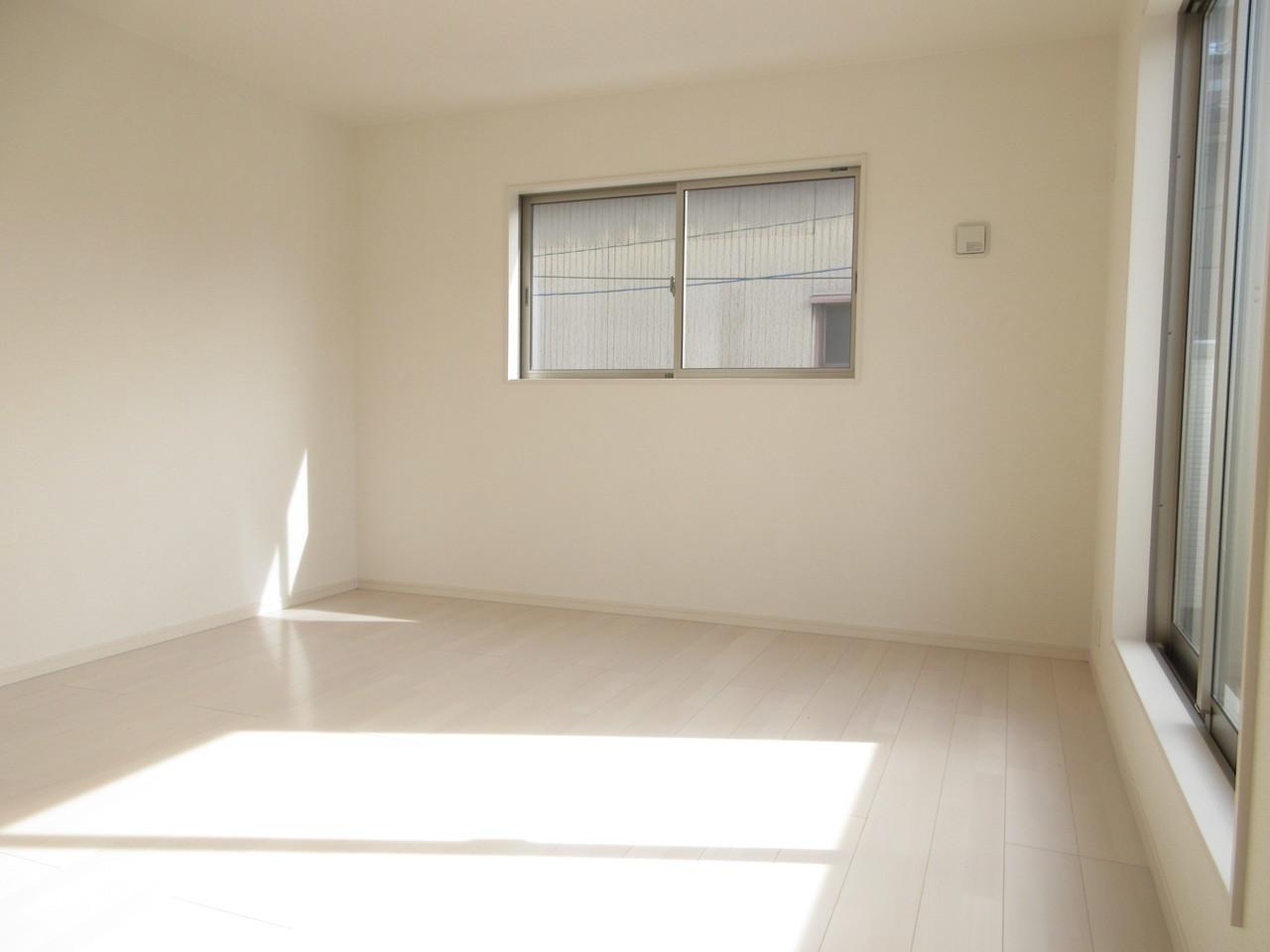 8.25帖の洋室は南向きで暖かな光が差し込みます◎部屋の大きさも十分ございます。