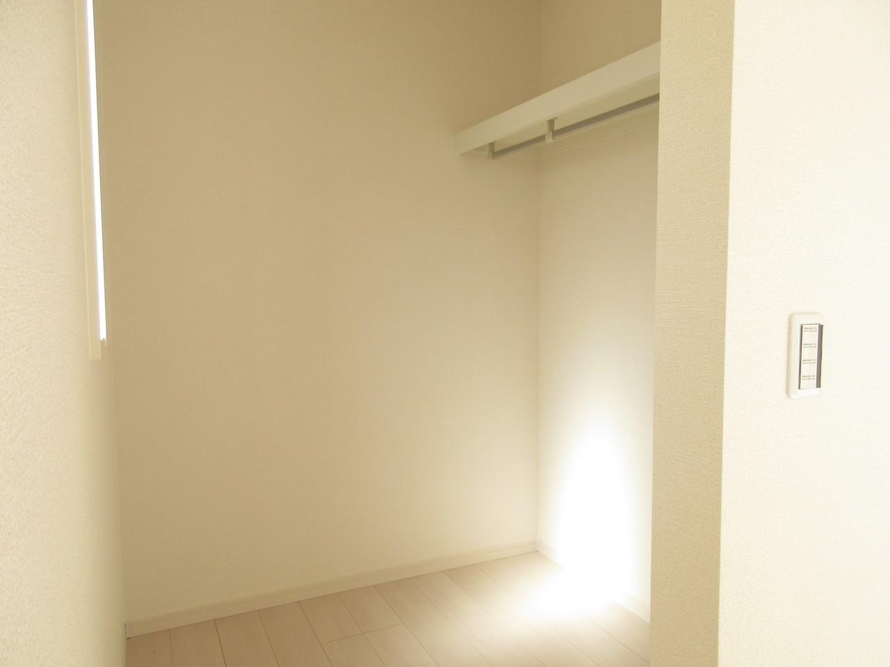 2階8.25帖の洋室はウォークインクローゼット付!シワになりやすいお洋服などたくさんかけておけます◎