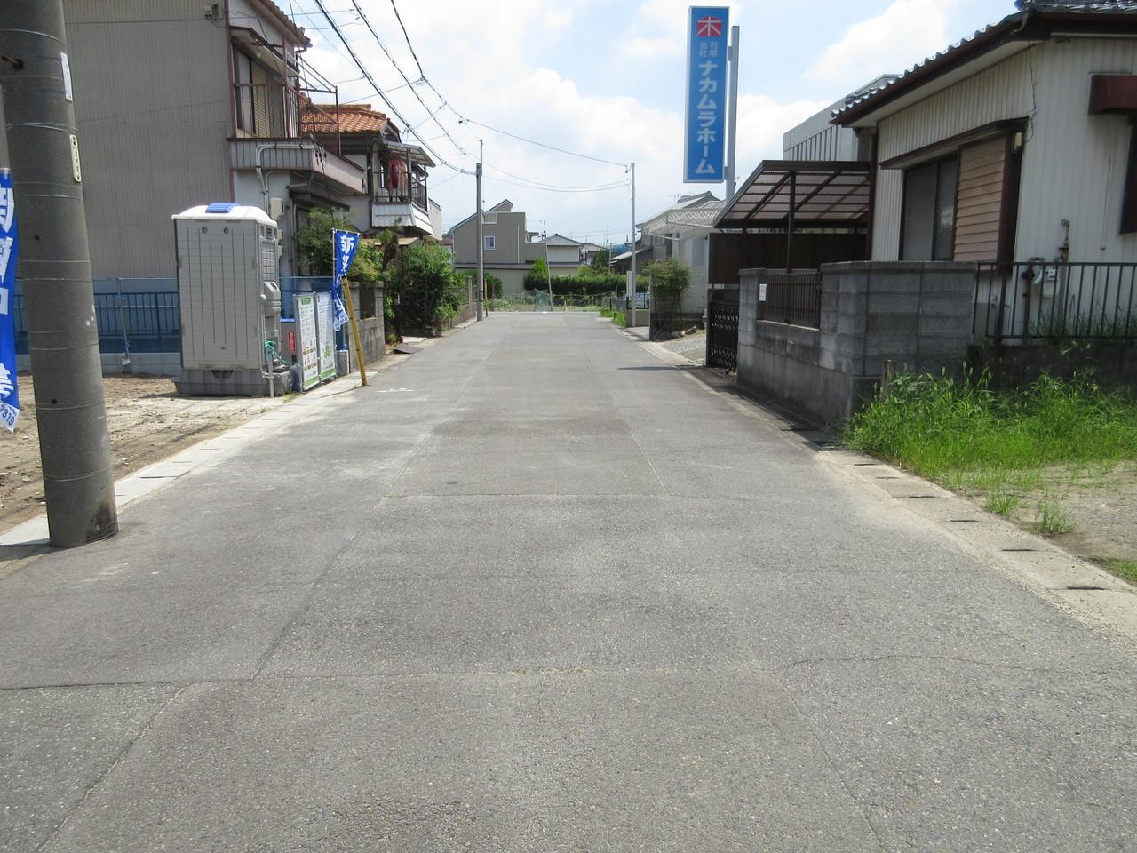 前面道路は幅約6.3m。すれ違いも安心です。