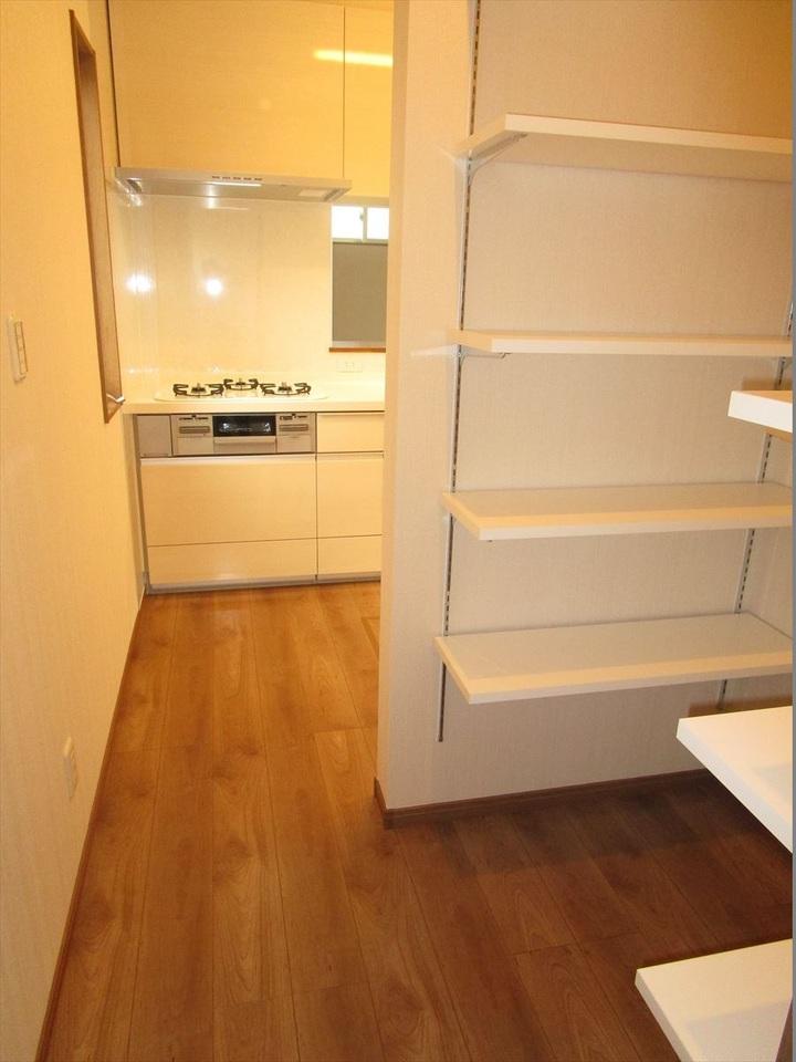 キッチン裏には収納完備◎食品庫はもちろん、日用品の保管にも◎
