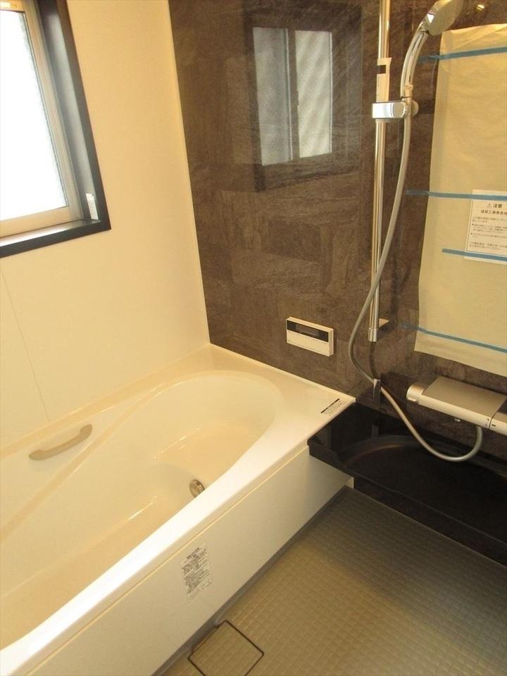 浴室はゆったりサイズの1坪タイプ♪浴槽はステップ浴槽で半身浴や親子でのご入浴も楽しめます★
