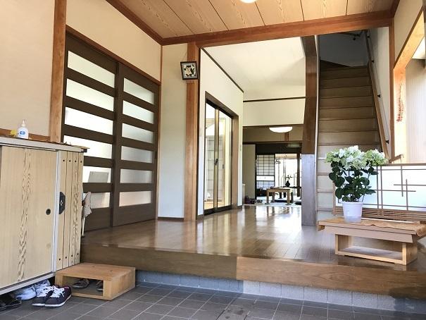 玄関は白い壁に窓からの光が反射して、明るく、雰囲気のよい広々とした空間。