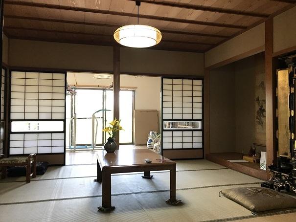 8帖の和室には、すかし窓の付いた障子がアクセントになっています。照明もこの和室にあった雰囲気のある照明ですね♪