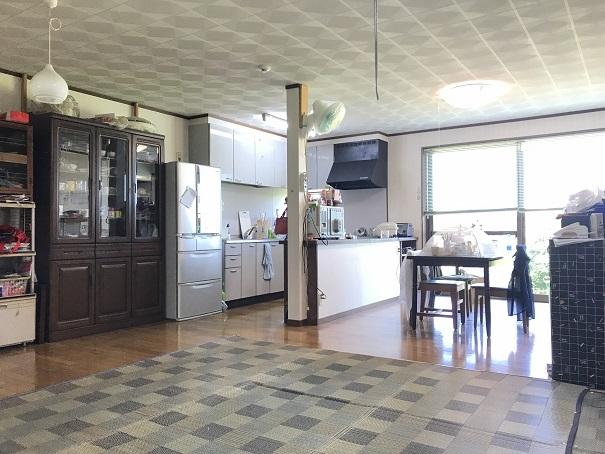 LDKはひろびろスペース!!大きい窓で開放的なこのスペースでは、カウンターキッチンで家族団らんのひと時がすごせます。
