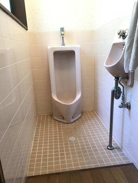 トイレはタイル張り。水を流して隅々までお掃除できます!!