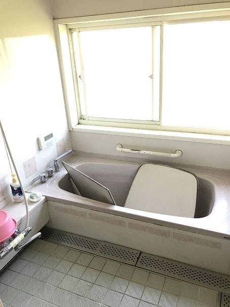 大きな窓と広々スペースが魅力の浴室。周りは農地なので、夏には窓を開けるとまるで露天風呂のようです♪