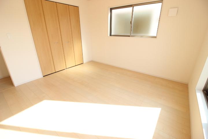 8帖洋室 バルコニーに出入りが可能な洋室です 光がたっぷりと降り注ぎ気持ちが良い空間です