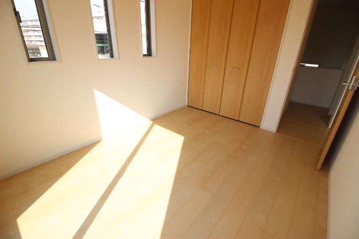 6帖洋室 バルコニーに出入り可能のな居室dす 整理整頓に便利なクローゼットつき