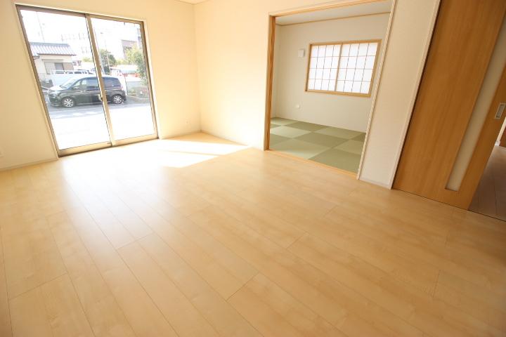 明るく開放感のあるリビング 和室の扉を開けるとなお開放感がありますね