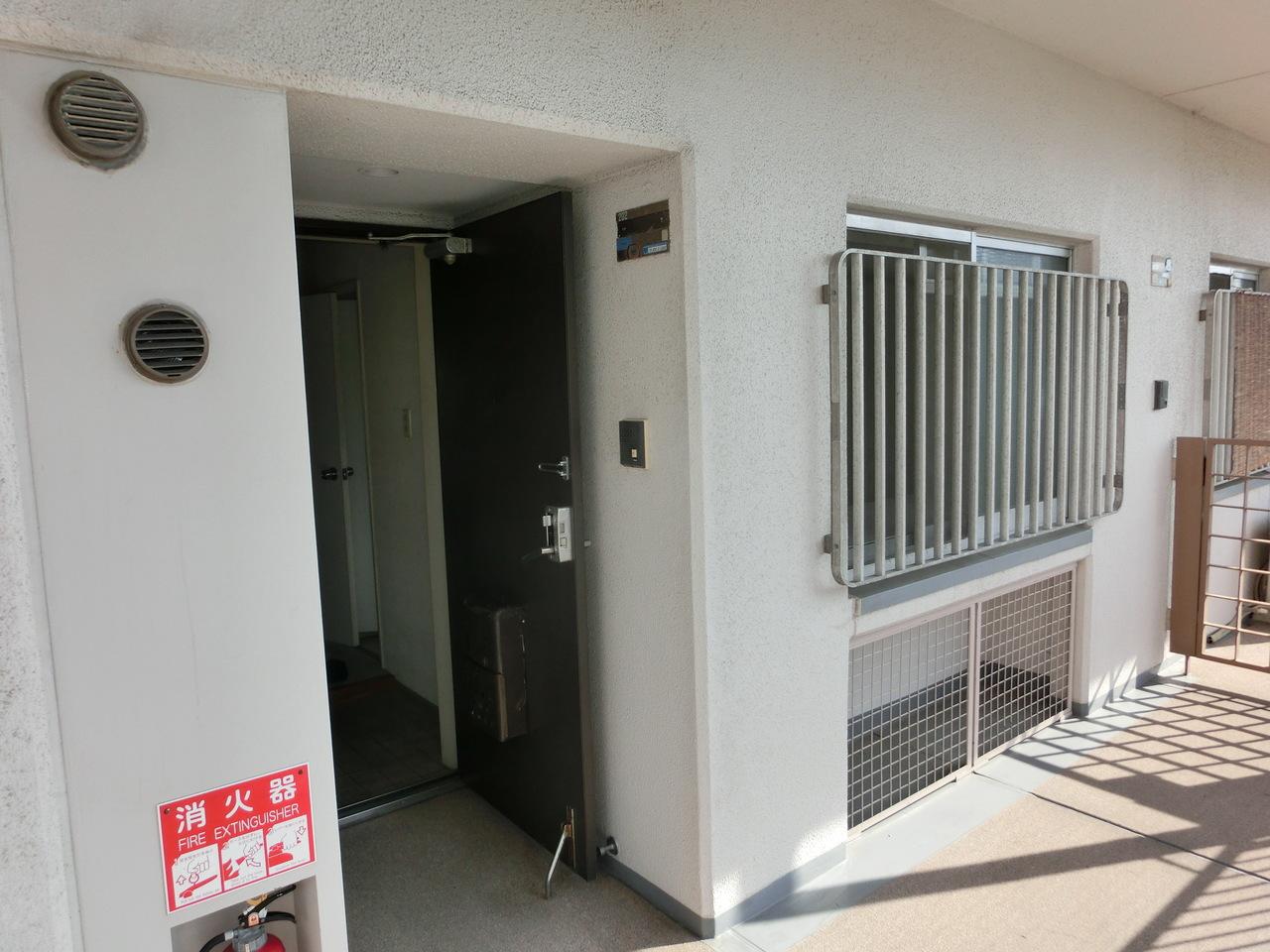 玄関写真です。 通路には室外機収納スペースございます。