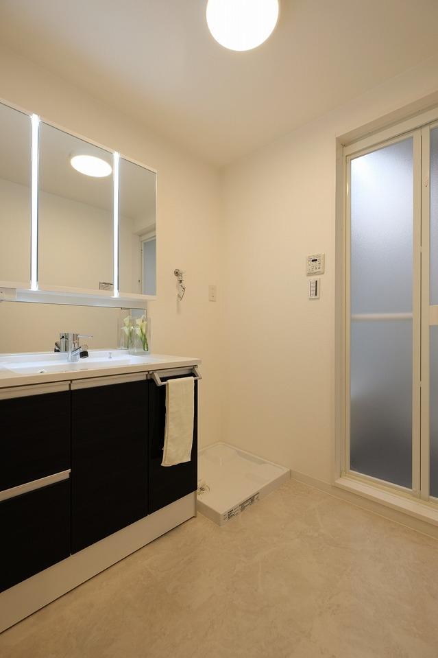 洗面台の鏡の部分が照明になっています オシャレな洗面台です(^^♪