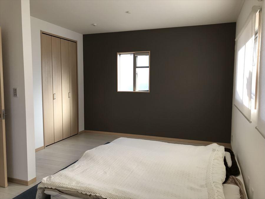2階南西側・約6畳の洋室です。壁の色もスタイリッシュですね♪小窓がたくさんあるので、明るく風通しも良く爽やかな気分で過ごせます!