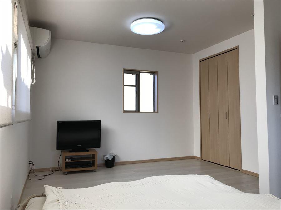 2階南東側・約6畳の洋室です。日当たりが良く窓も多いので気持ちよく過ごせます♪クローゼットも完備されていますのでお部屋をスッキリとお使い頂けます。