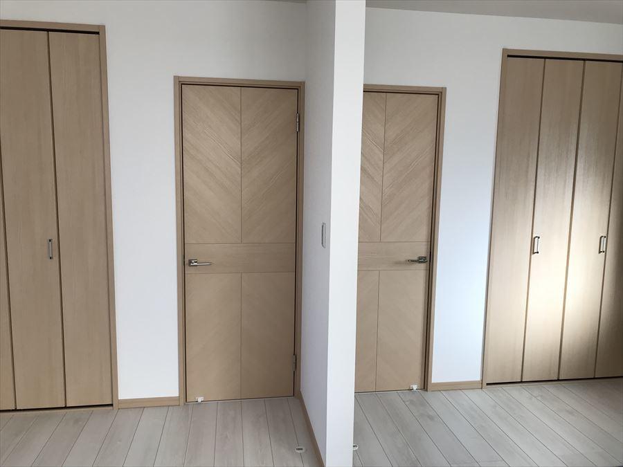 2階南側の洋室には、扉が2つあり、お子様の成長に合わせて間取り変更のできる便利で嬉しい設計♪