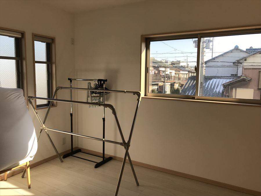 約5.3帖の洋室は、2面の窓から暖かい光が入り込みます◎収納も付いていますので、きちんとしまって生活スペースはいつでもスッキリします◎