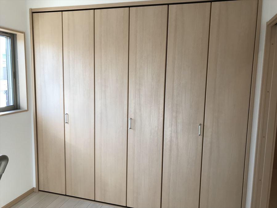 約5.3畳の洋室です。壁一面クローゼットになっているのでお洋服や帽子、バッグなどたっぷり収納できます♪