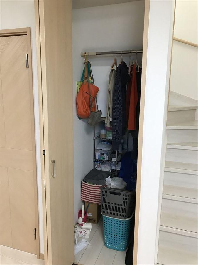 階段下のスペースを有効に活用した収納です!LDKにあるので日用品のストックや掃除道具など、隠しておきたいものもしっかり保管できます!