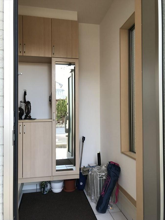 玄関には姿見のついた収納があり、お出掛け前の最終チェックができます!