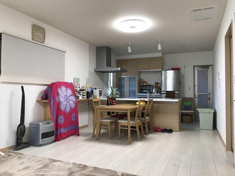 19帖のLDKには大きな窓や小窓がいくつかあり、家族のあつまる空間を明るく、暖かくしてくれます!
