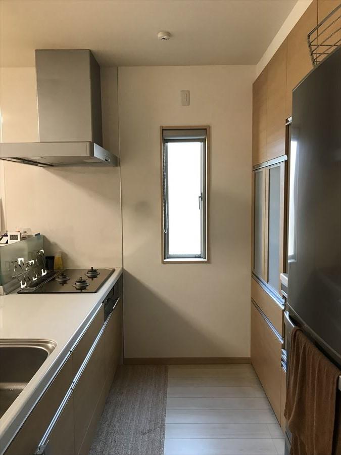 キッチンには明るい光が差し込みます。休日にはお子様と並んでお料理もスムーズに行えるスペースがあります(^^)