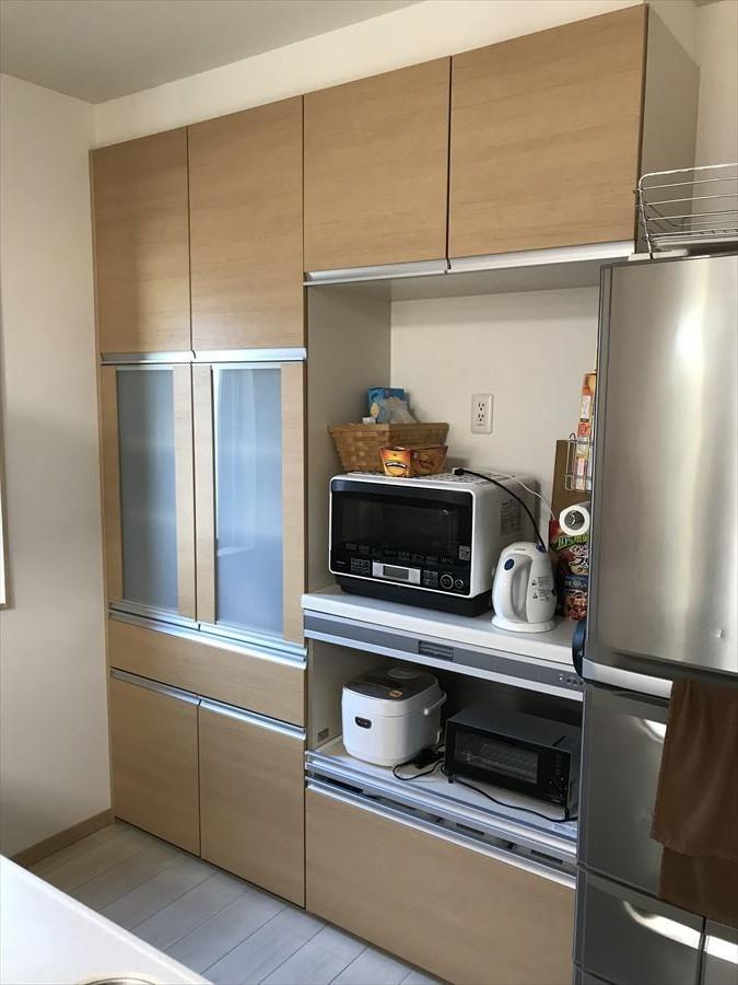 炊飯器やオーブンレンジなどもスッキリ収納できるカップボード付。収納力もしっかりあるので、食器類はもちろん、お菓子や食料品の保管もできます!欲しいものがすぐ手に届く場所に。
