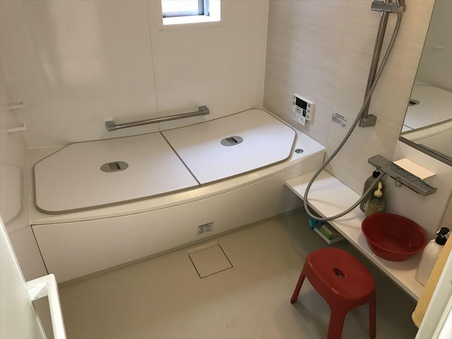 ゆったりと寛げる浴室には手すりがついていますので、浴槽の出入りもしやすく、安心して使用できます。小窓も付いているので、朝の入浴も気持ちの良い風や光が入ります。