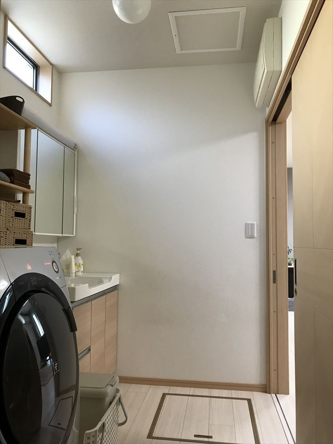 キッチンのすぐ近くに水周りがあるので、お料理の合間にササッと洗濯機を回しにいけちゃいます。