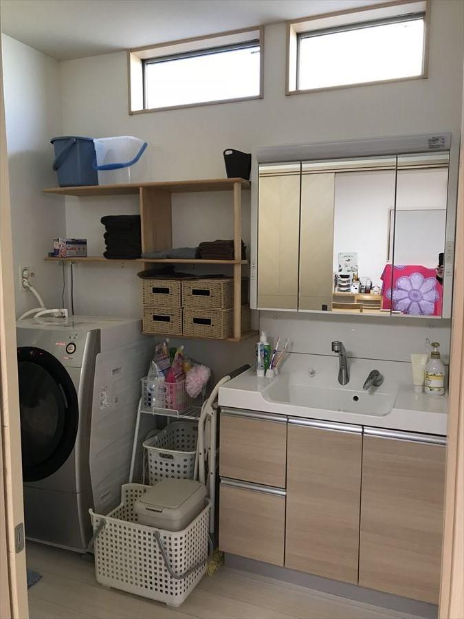 収納豊富でワイドな洗面台なので、朝の慌しい時間帯もお子様が並んでスムーズに支度が出来ます。上部の小窓が空間を明るくしてくれます◎