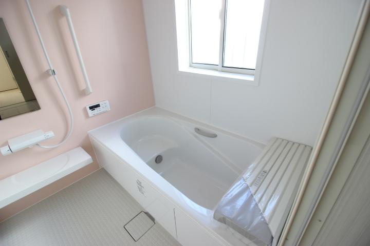シンプルなシステムバスルーム。半身浴もでき、節水効果のある浴槽が採用されています。