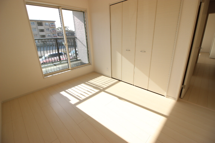 2階 6畳洋室 バルコニーのついた明るく開放感のある居室です