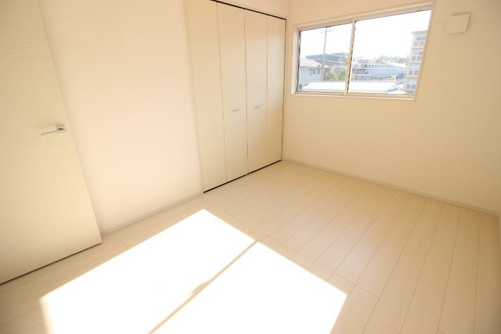 2階 6畳洋室 温かみのある陽光が差し込む6畳の居室は、子供部屋にしてもいいですね