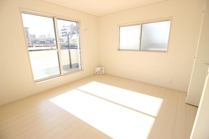 2階 8畳洋室 バルコニーのついた明るく開放感のある居室です 主寝室にしてもいいですね