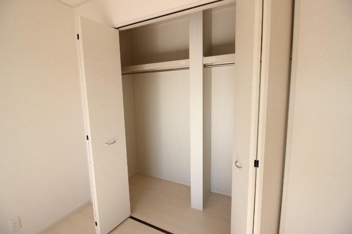 8畳洋室のクローゼットは使い勝手の良い棚と仕切りがあります