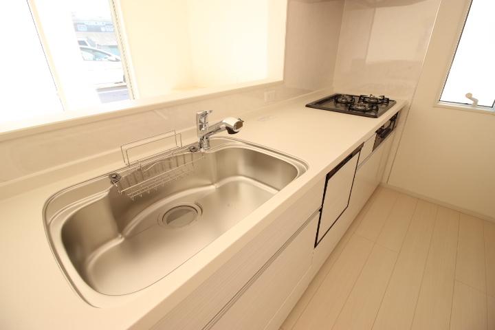 フライパンやお鍋が楽々洗えるゆったりとしたシンクを備えたシステムキッチンはお手入れも簡単です