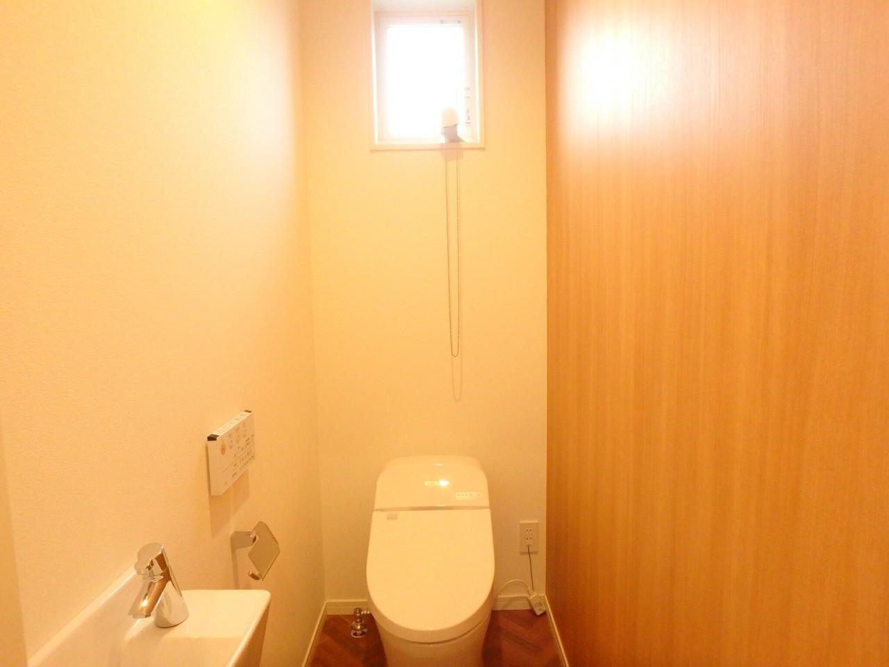 トイレは窓付きなので換気がしやすいですね。 浴室同様に、木の色調をいかした空間となっています。