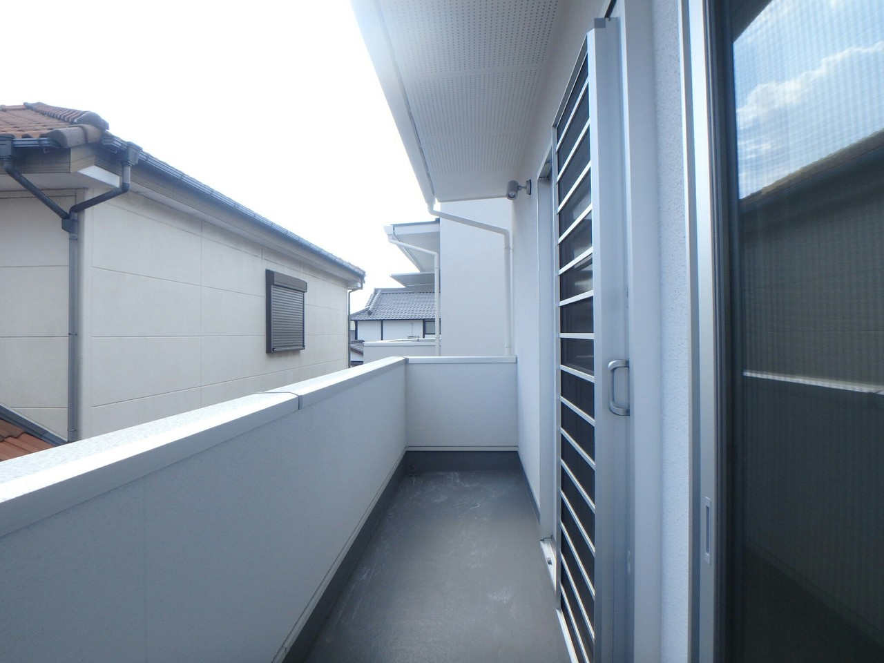 2階廊下と洋室がバルコニーで繋がっていてとっても広々としています。 ご家族の洗濯物も快適に干せますね♪