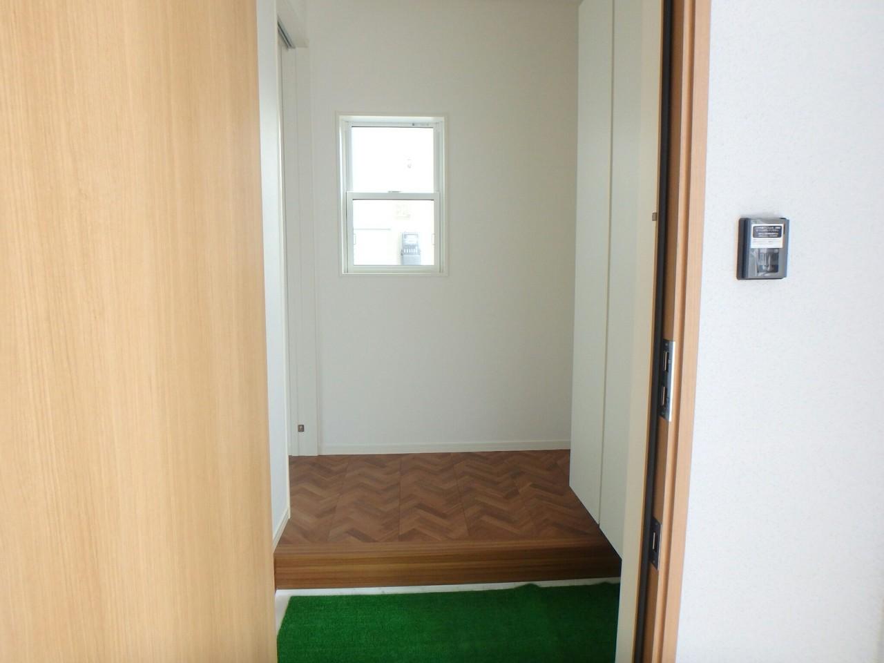 玄関は、目の前にある窓からの日の入りもよく、デザイナーズ住宅ならではの床もとってもオシャレですね♪