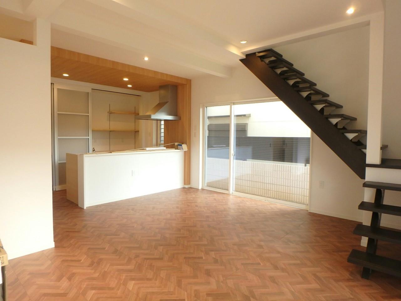 玄関からみたキッチン、リビングの写真です。 ご家族の様子を感じることができるリビング階段になっています。