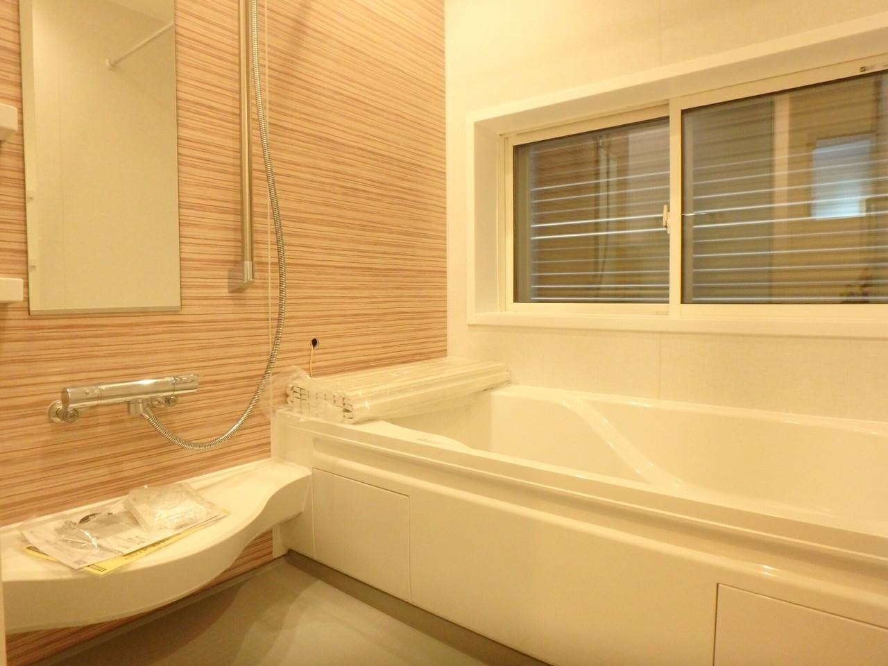 木目をいかした浴室の壁が広々とした浴室をさらにくつろげる空間を演出していますね♪ 大きめサイズの浴槽でご家族で1日の疲れを癒しましょう♪
