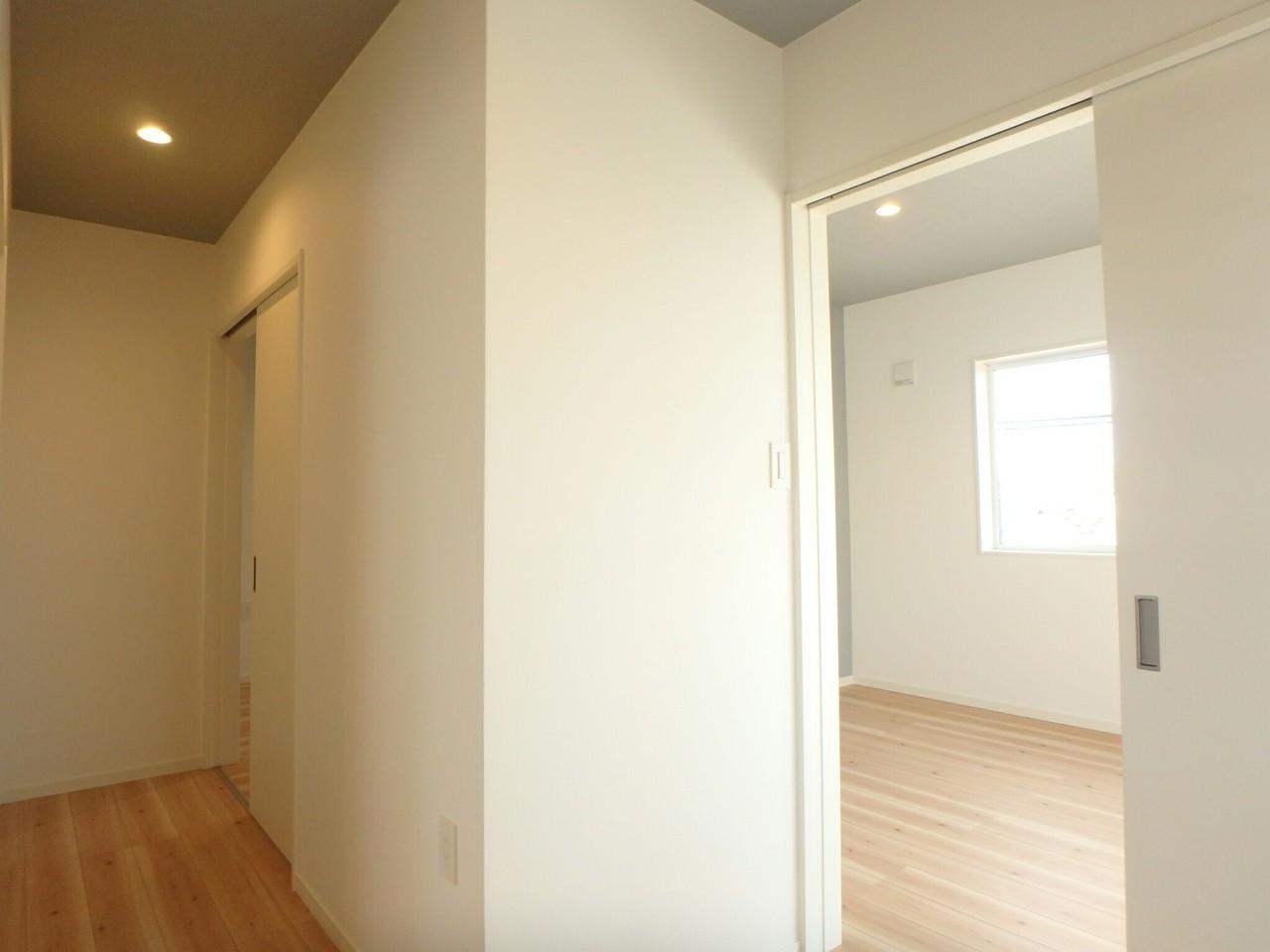 2階洋室のドアはは3部屋ともにスライドドアになっています。 お部屋をスムーズに移動できますね。